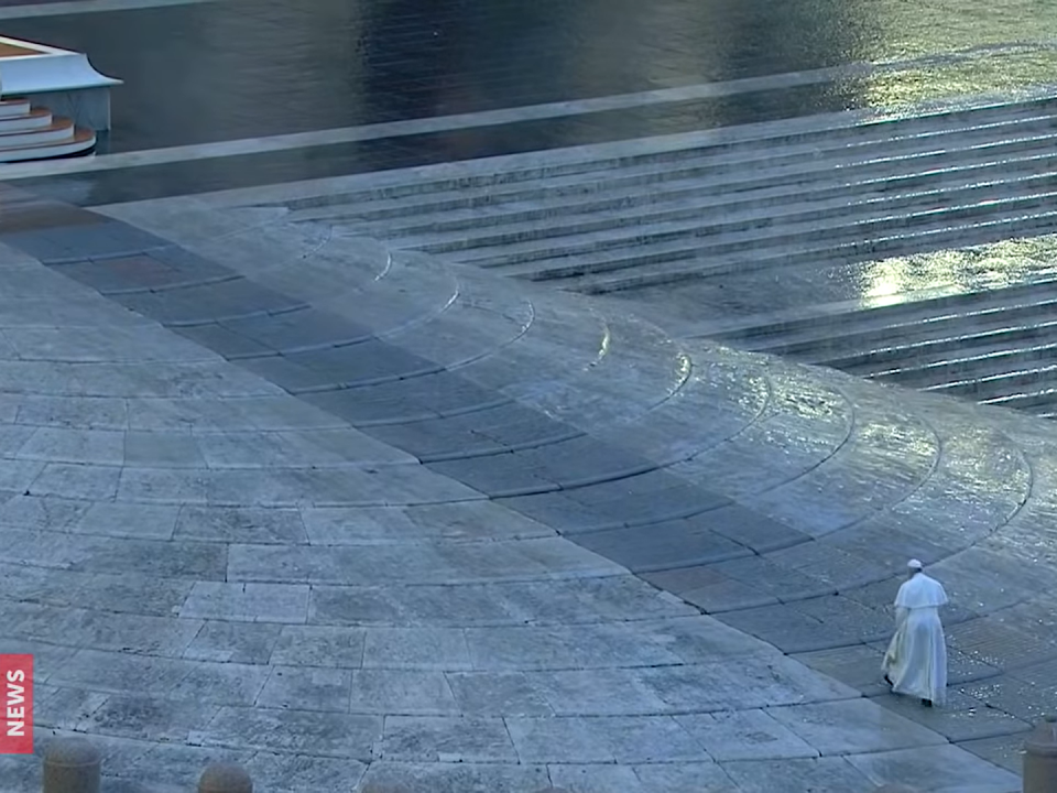 Francisco caminha na Praça de S. Pedro vazia. 27.03. 2020 - Oração pelo fim da pandemia Covid-19 e benção Urbe et Orbi